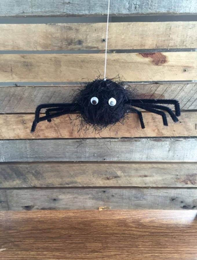 This spider Halloween craft is easy for kids to make and fun to play with.