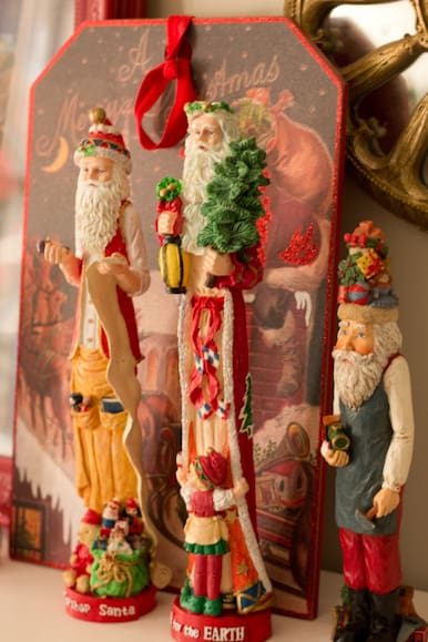 I am sharing my Christmas Home Tour 1016. I love vintage Christmas decor, and the best vintage decorations are usually found at Thrift Stores.
