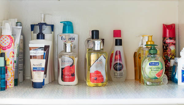 I need to be able to see and locate what I need in my bathroom so this is how to declutter and organize your bathroom to make it easier.