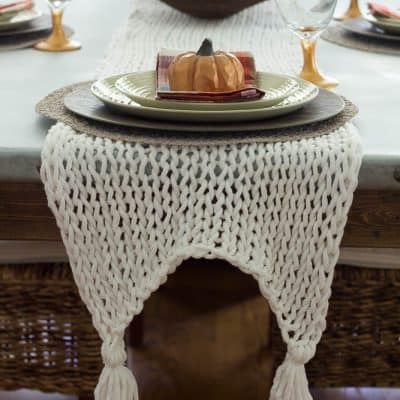 This khttp:/TThis knitted table runner is made with bulky yarn and large knitting needles and is super easy to knit.