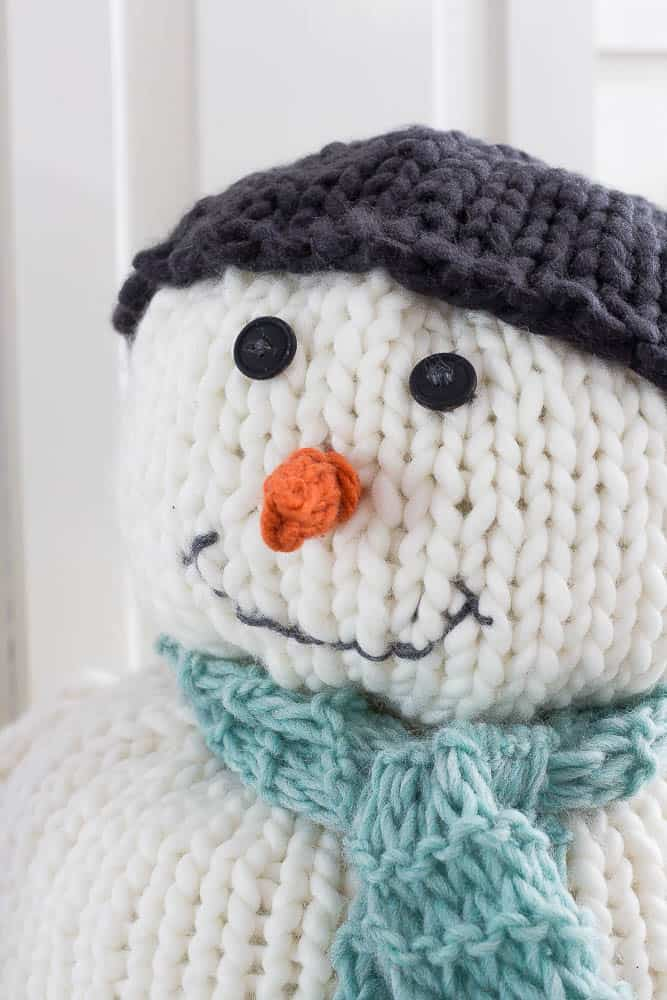 This chunky knitted snowman is knitted with chunky yarn and large knitting needles.