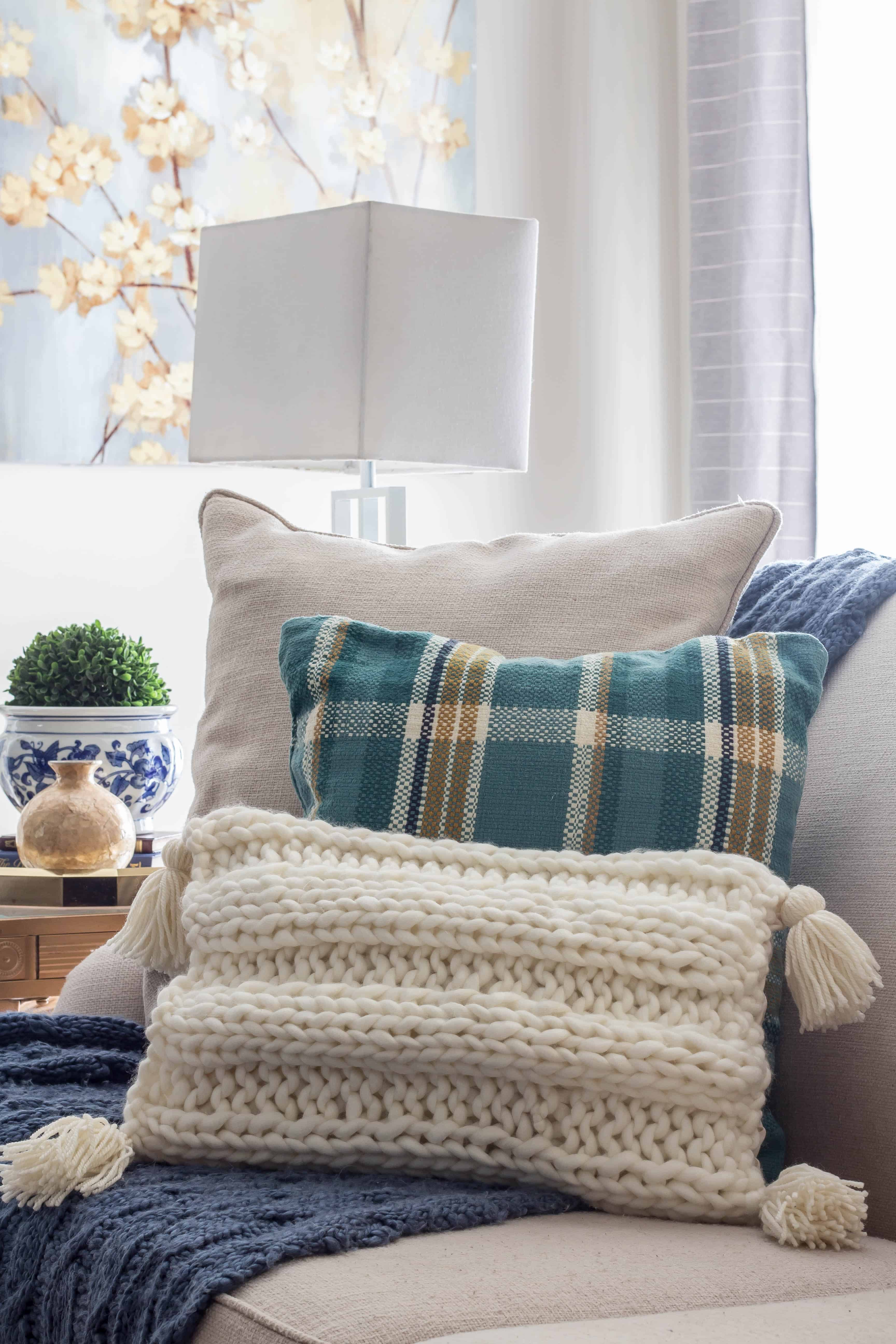 How to make a knitted pillow with tassels pattern that is easy to knit.