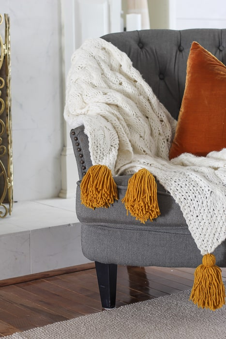 make a throw with chunky tassels from a throw and yarn
