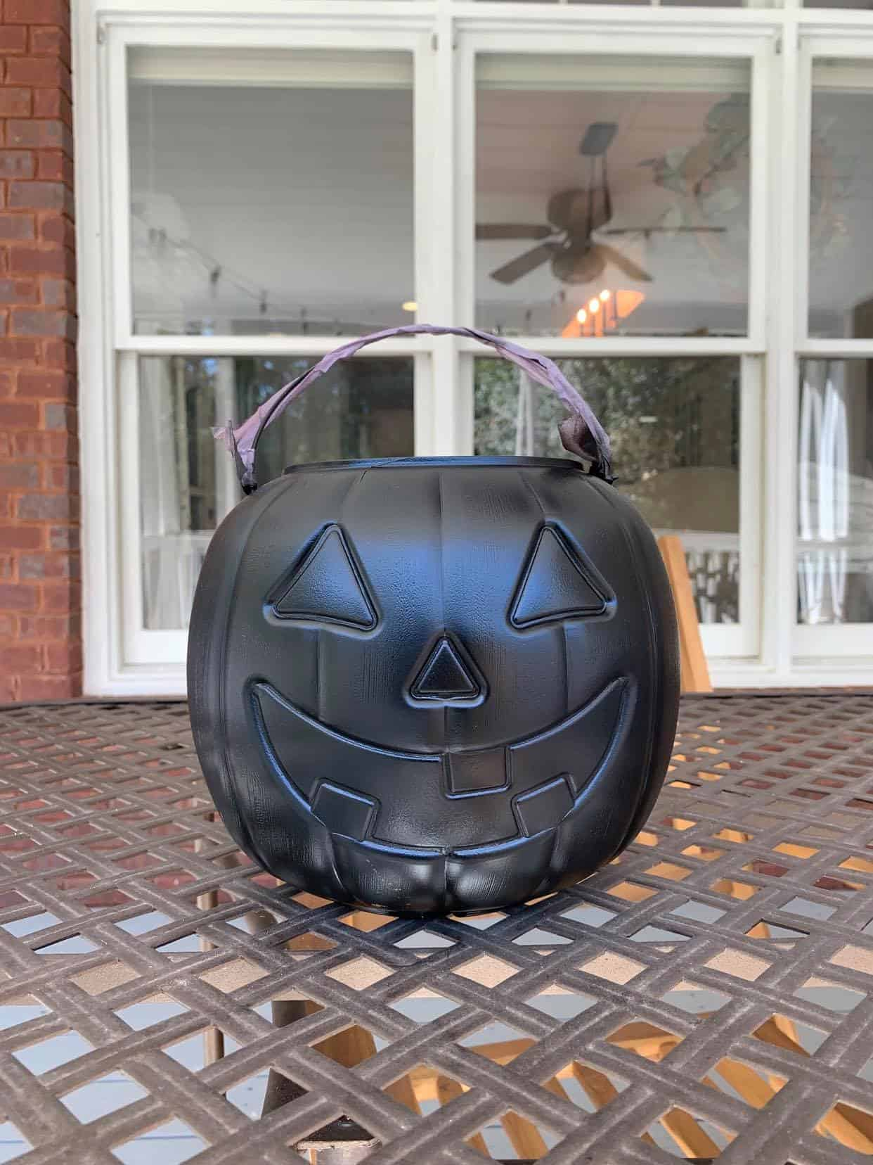 paint plastic pumpkin with spraypaint