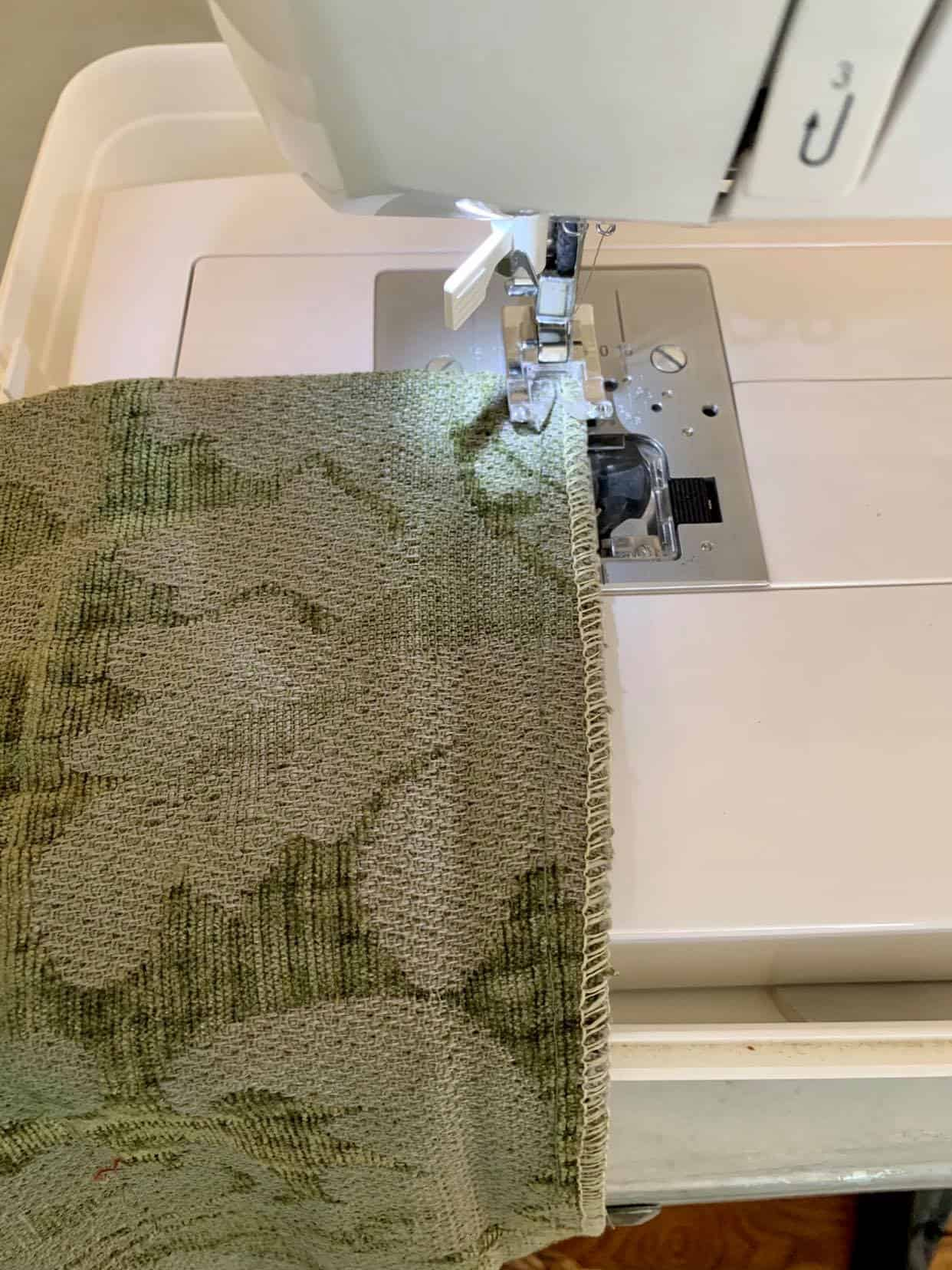 Sew the ends of the pillow.
